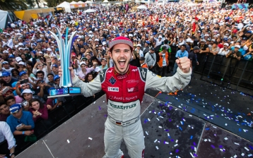 Daniel Abt jubelt in Mexico.  (Copyright: Audi Communications Motorsport / Michael Kunkel)